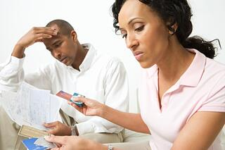 couple_worrying_about_credit_card_bills