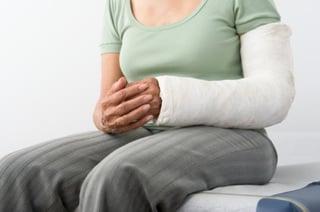 mujer con el brazo roto