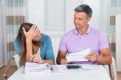 worried_couple_looking_at_unpaid_bills