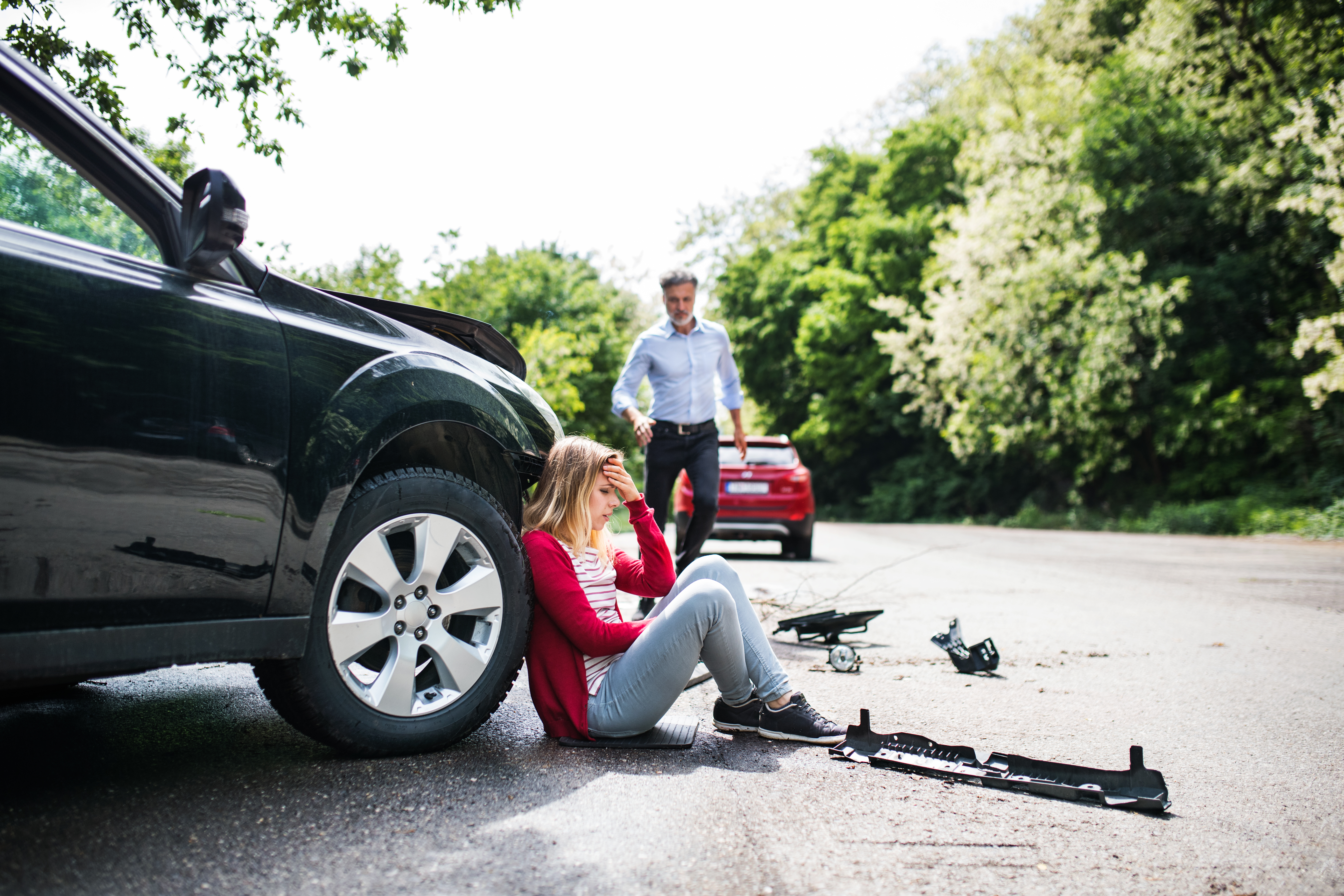 young-woman-by-the-car-after-an-accident-and-a-4QU9WYC