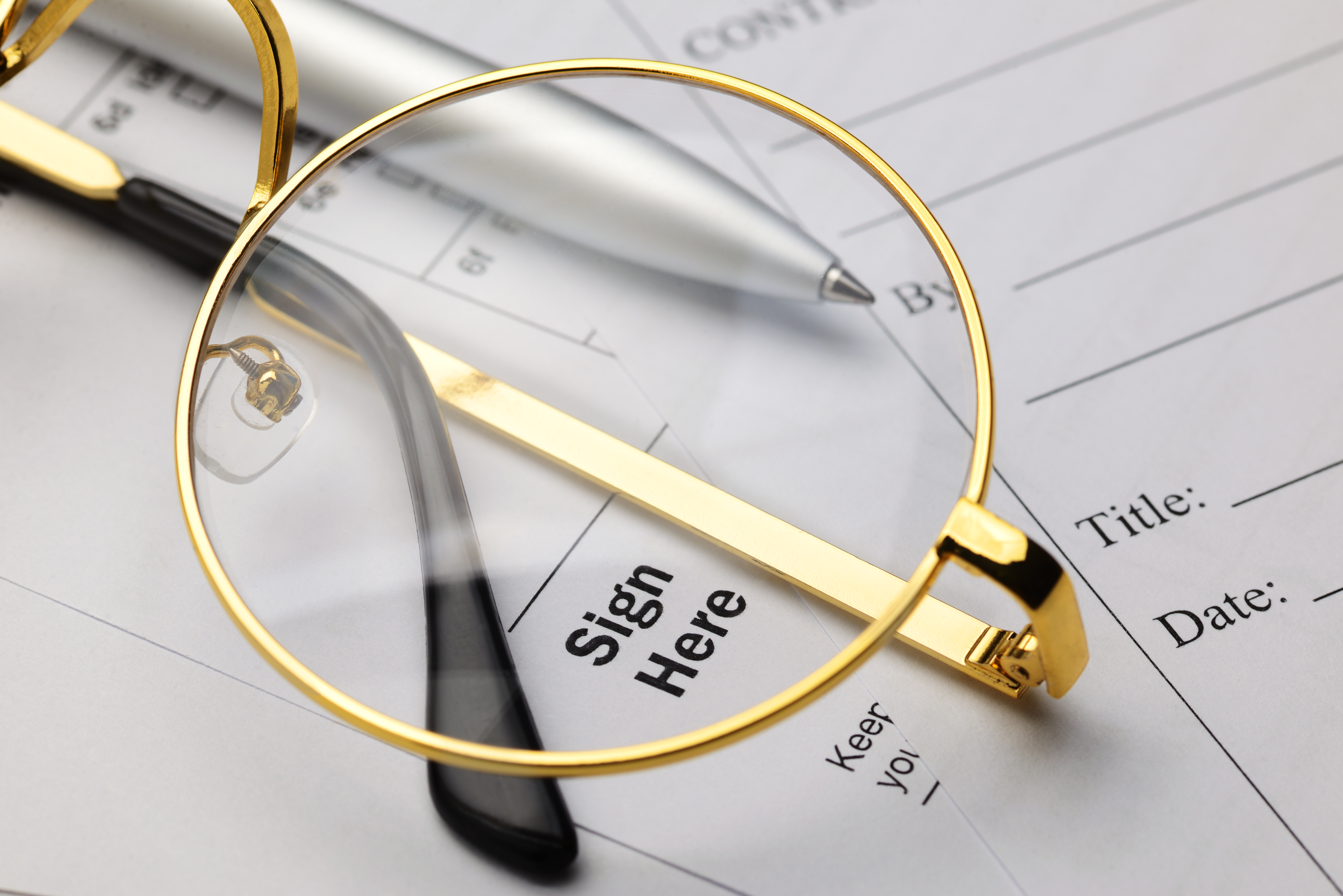 glasses-pen-contract-on-tabe